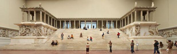 800px-Berlin_-_Pergamonmuseum_-_Altar_01