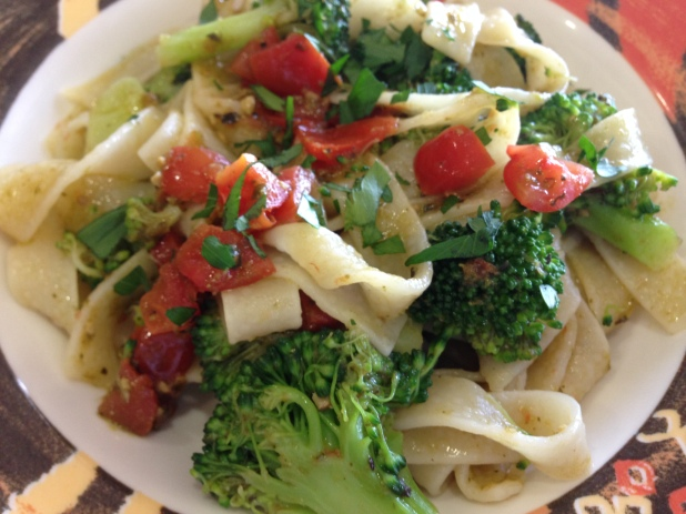 Tagliatelle_with_tomatoes_broccoli_and_Kale_Pesto